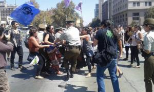 Carabineros reprime a patadas manifestación en contra de la violencia hacia la mujer