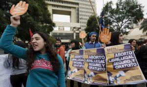 El embarazo de una niña de 11 años violada enciende el debate del aborto en Chile