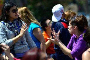Chilenas perciben lejanía con la política y más violencia de género