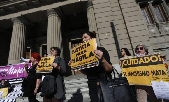 11 de Julio de 2017/SANTIAGO Manifestantes de causas por los derechos de la mujeres esperan en el frontis de la Corte Suprema conocer el fallo por recurso de nulidad presentado por la defensa de Mauricio Ortega, en el Caso Nabila Rifo. FOTO: PABLO VERA LISPERGUER/AGENCIAUNO