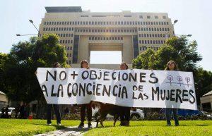 Tres expertas desmenuzan las discriminaciones legales que persisten contra las mujeres en Chile