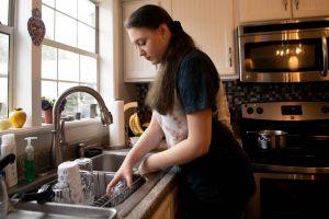 Teletrabajo, educación a distancia, labores de la casa: especialistas dicen que el mejor regalo en el Día de la Madre es valorar el trabajo doméstico